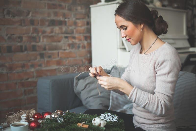 Florista de trabajo Woman Muchacha que hace decoraciones fotografía de archivo libre de regalías