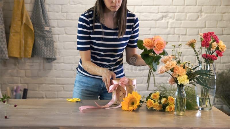 Florista de trabalho do estilo de vida da jovem mulher fotografia de stock
