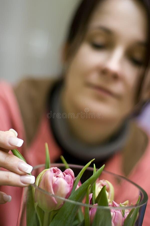 Florista e tulips imagem de stock