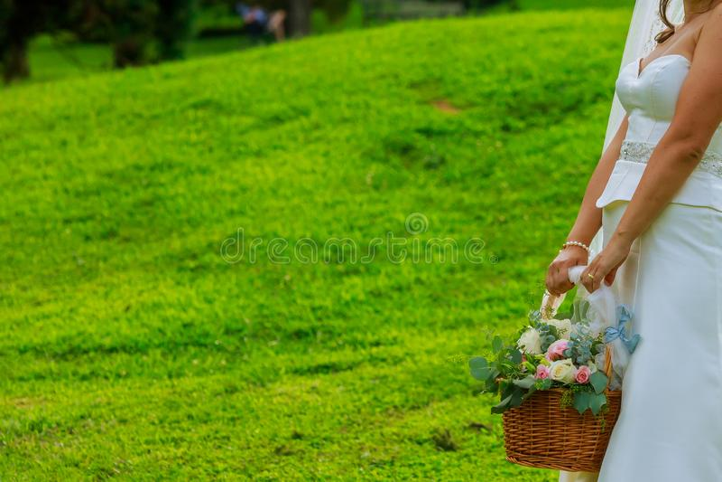 Florista em um casamento que guarda uma cesta das flores foto de stock