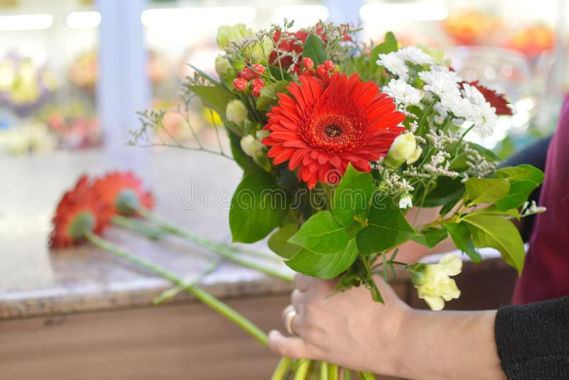 Florista en el trabajo en la floristería imagenes de archivo