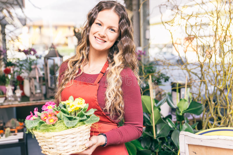 Florista en su tienda de flores foto de archivo libre de regalías