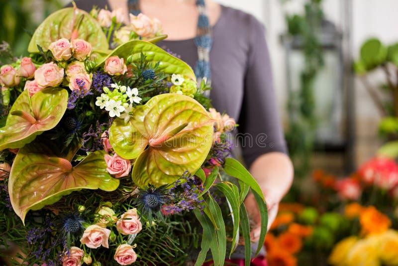 Florista fêmea na loja de flor imagens de stock