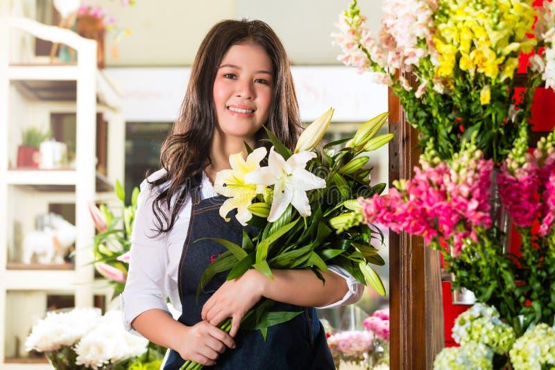 Florista fêmea que guardara um ramalhete fotos de stock royalty free