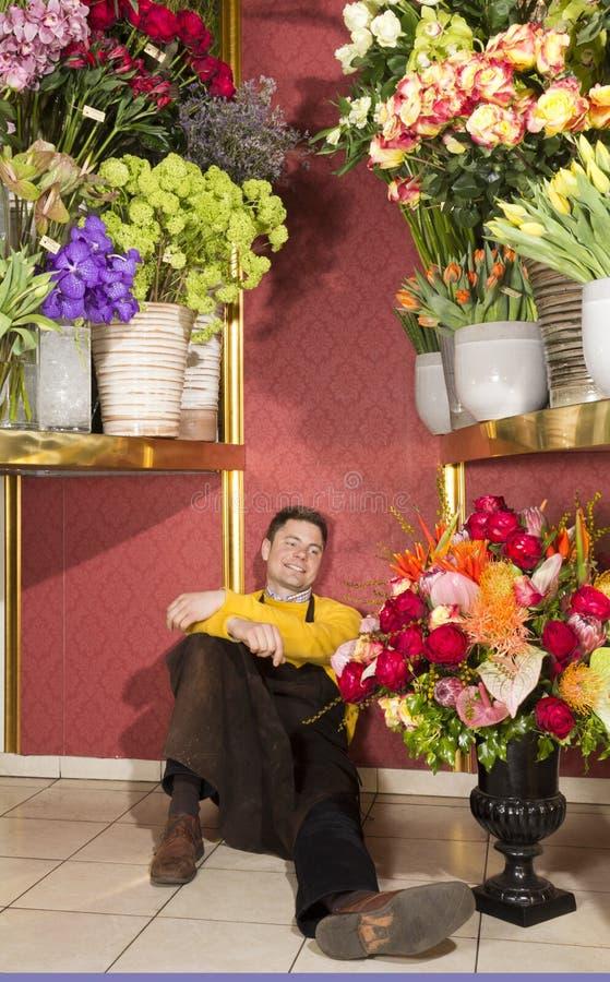 Florista feliz que descansa após o trabalho duro imagem de stock royalty free