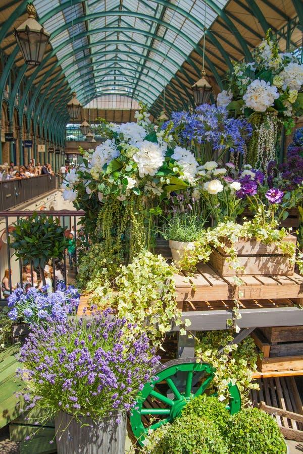 Florista, mercado do jardim de Covent, Londres fotos de stock
