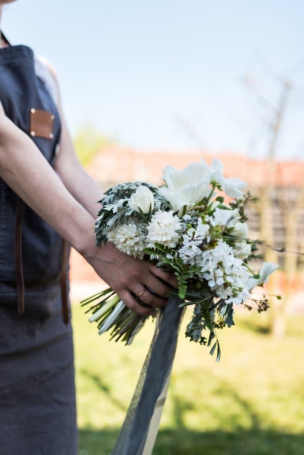 Florista moderno con el ramo blanco y verde imagenes de archivo
