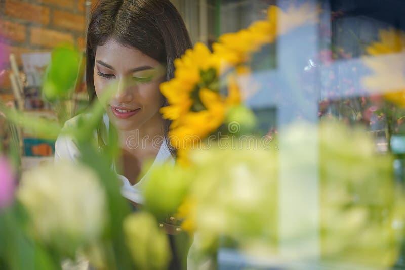 Florista novo encantador alegre da loja do florista do proprietário empresarial imagens de stock royalty free