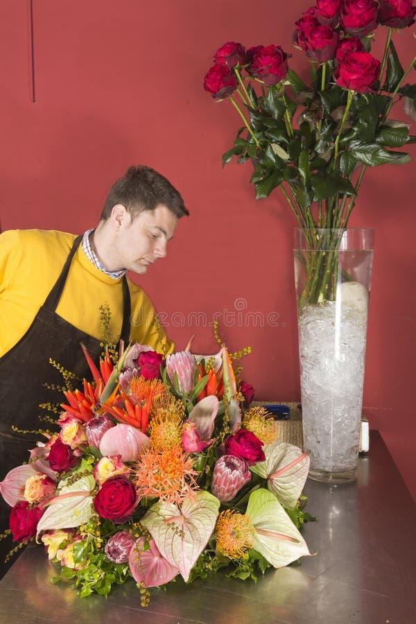 Florista que arranja flores frescas imagem de stock royalty free