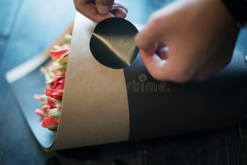 Florista que guarda o ramalhete bonito fotografia de stock