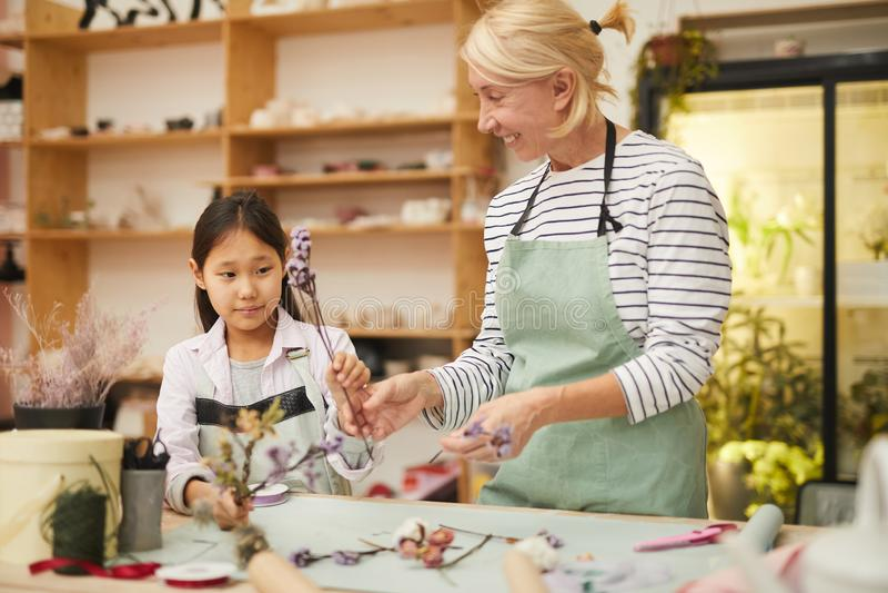 Florista Teaching Asian Girl fotos de stock royalty free