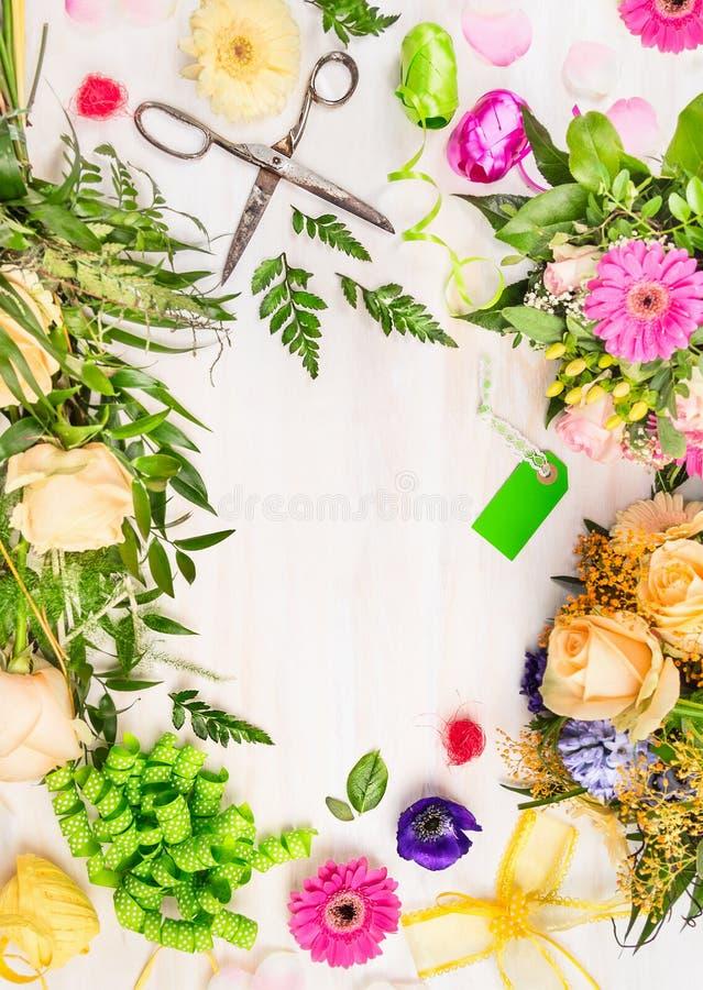 Floristenarbeitsplatz mit Retro- Scheren und Zubehör auf weißem hölzernem Hintergrund, Draufsicht stockfotos