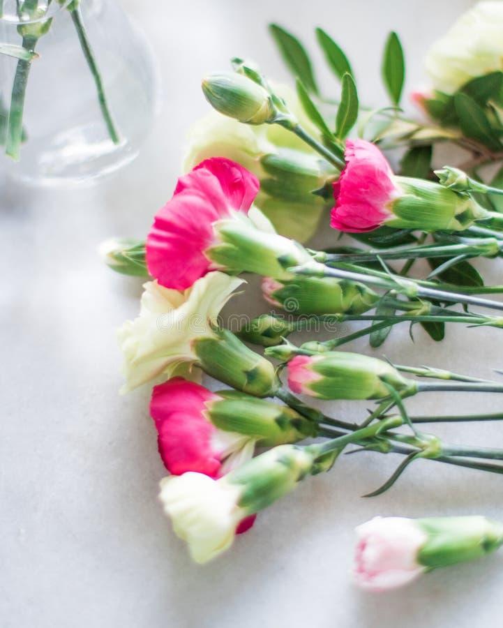 Floristenblumenstraußentwurf - Hochzeit, Feiertag und Blumengarten angeredetes Konzept stockfotos