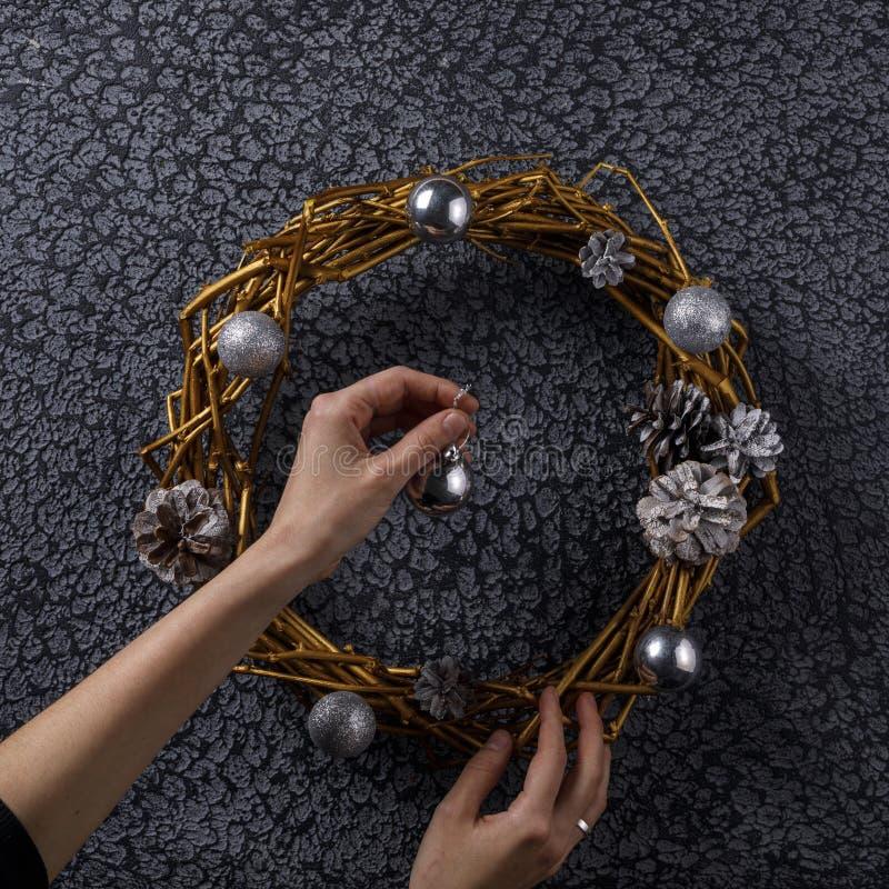 Floristendekorateur verziert einen runden Kranz von trockenen Niederlassungen Neues Jahr ` s Dekor Beschneidungspfad eingeschloss lizenzfreies stockfoto