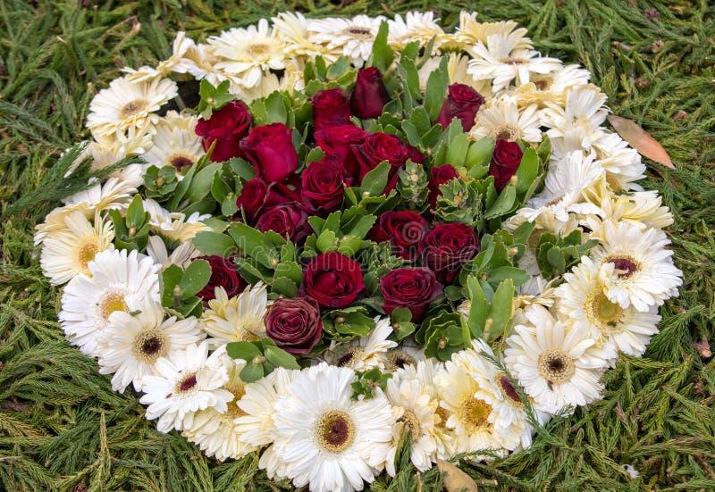 Floristic garnering f?r sk?nhet med f?rgrika tropiska blommor royaltyfri foto