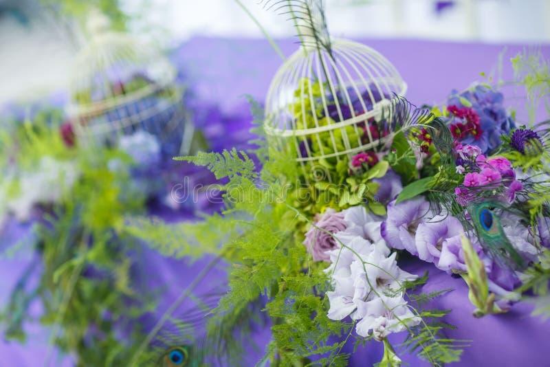 Floristics Brautblumenstrauß und Boutonniere mit einem grünen Band auf einem dunklen hölzernen Hintergrund Blumen: Anemone zamiok lizenzfreie stockfotos
