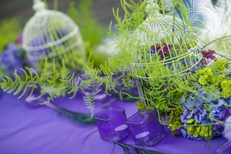 Floristics Brud- bukett och boutonniere med ett grönt band på en mörk träbakgrund Blommor: anemonzamiokulkas royaltyfria foton