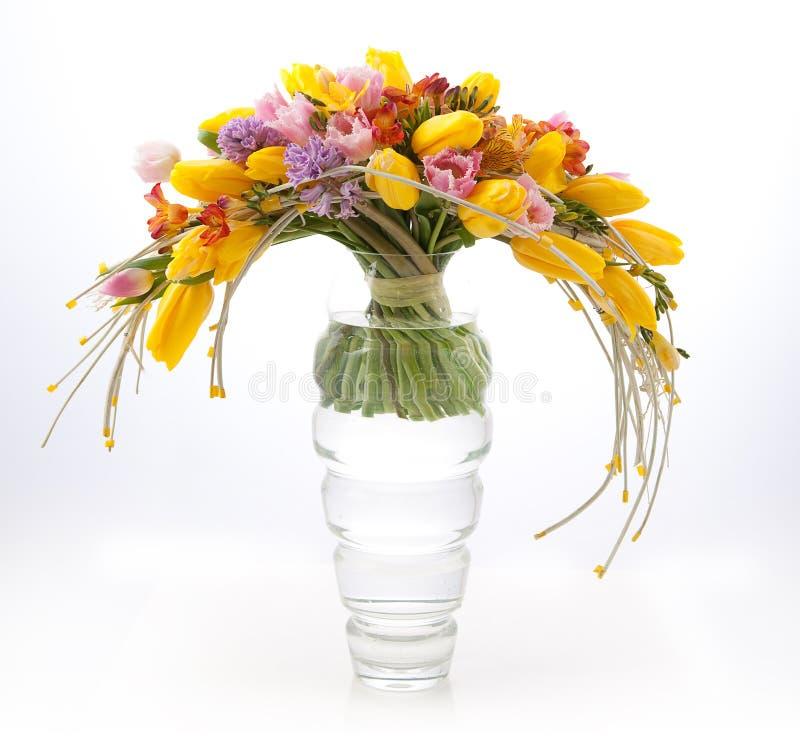Floristry - bunter frühlingshafter Blumenblumenstrauß lizenzfreies stockbild