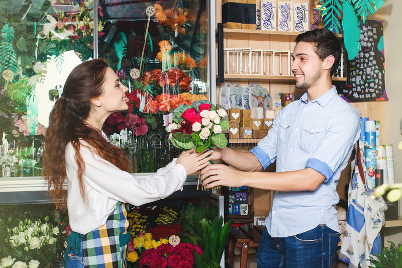 Floristry och consumerismbegrepp för folk, för shopping, för försäljning, fotografering för bildbyråer