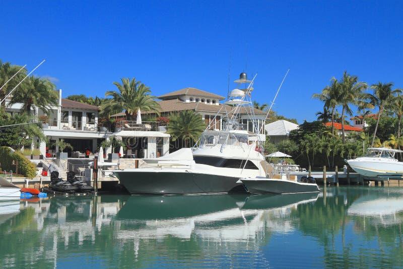 Floryda, Miami: Nabrzeże Stwarza ognisko domowe, łodzie w Kluczowym Biscayne/ obraz royalty free