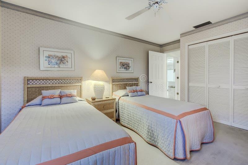 Floryda prywatnego domu gościa sypialnia z dwa bliźniaczymi łóżkami zdjęcie stock