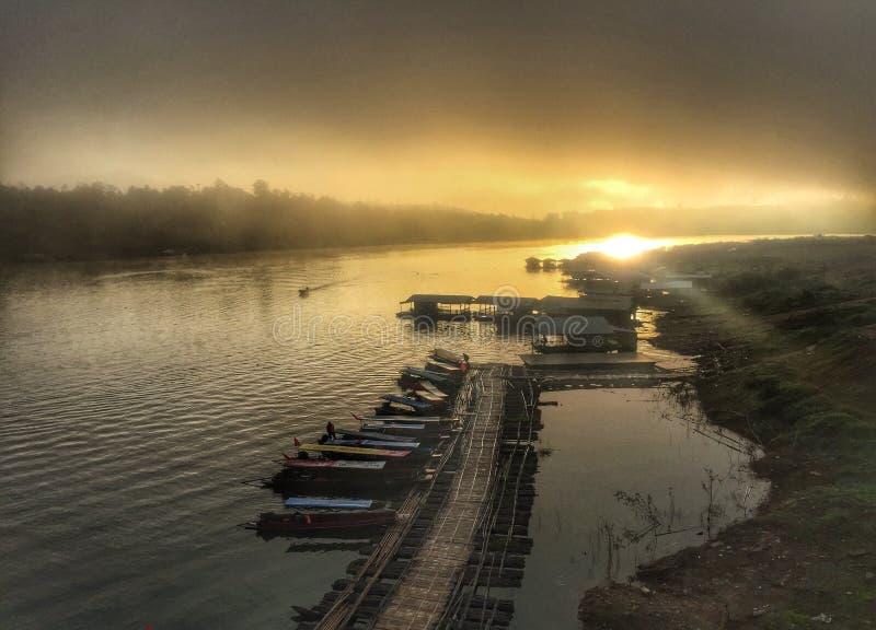 Floss auf dem Fluss lizenzfreie stockfotos