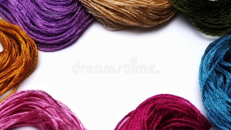 Floss colorido da fibra do bordado no fundo do branco do espaço fotografia de stock royalty free