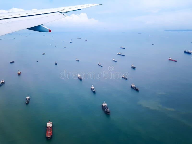 Floss vieler Frachtschiffe im Meer stockfotografie