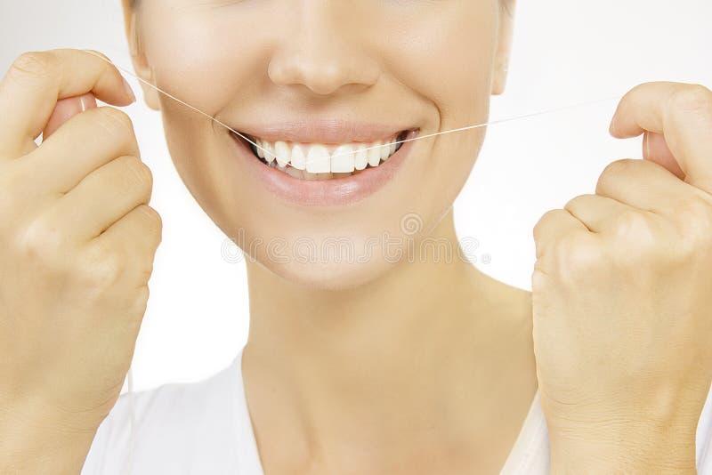 Flossing, Frau und Zahnglasschlacke stockfotos
