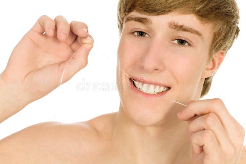 flossing i suoi denti dell'uomo immagini stock