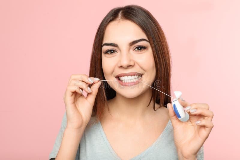 Flossing Zähne der jungen Frau stockbilder