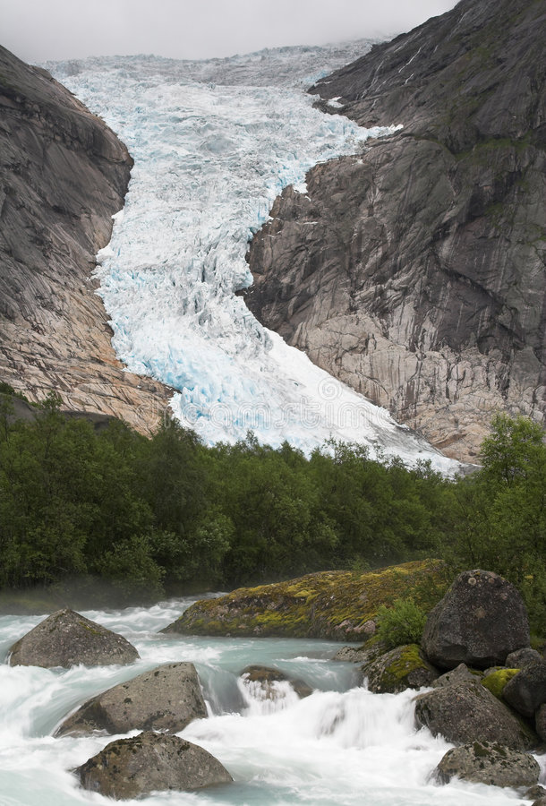 Flot montant en cascade au glacier de Briksdal photos stock