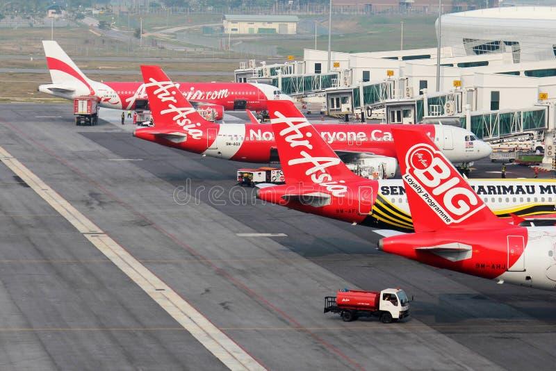 Flota AirAsia budżeta linii lotniczej samoloty obrazy stock