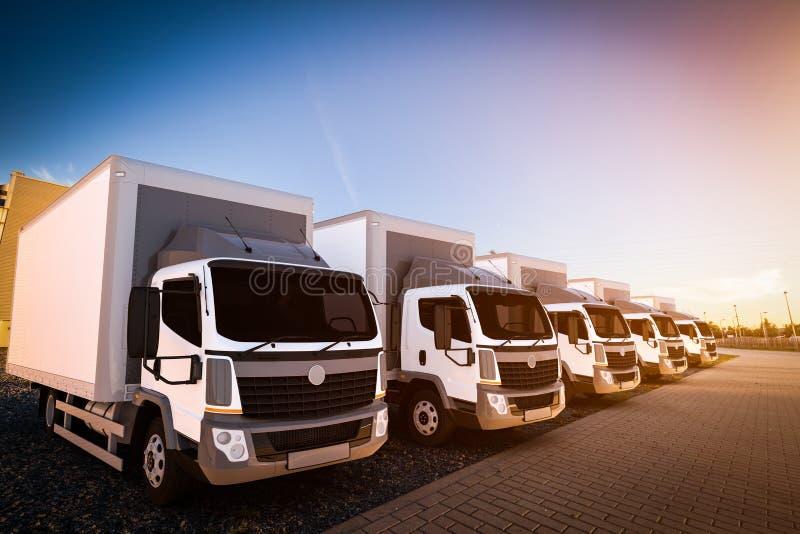 Flota de camiones de reparto comerciales en el estacionamiento del cargo ilustración del vector
