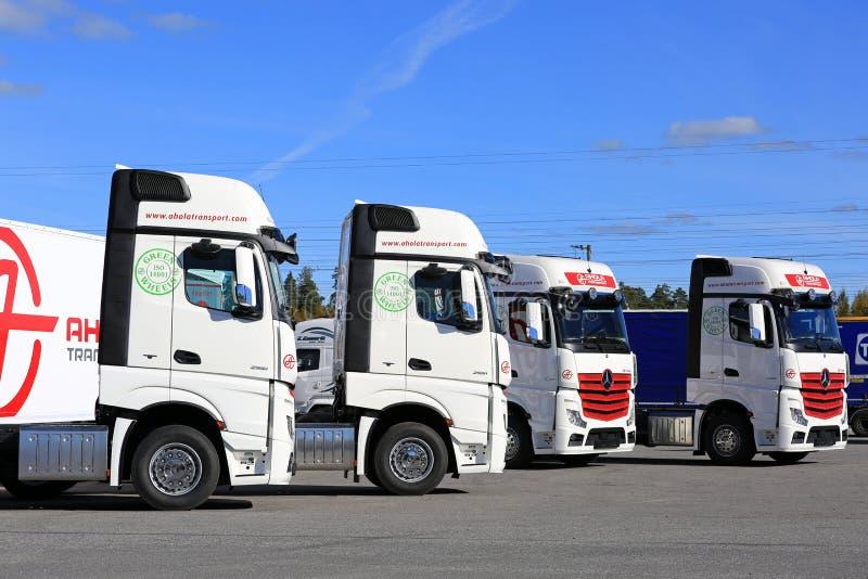 Flota Mercedes-Benz Actros niebieskie niebo i ciężarówki zdjęcia stock