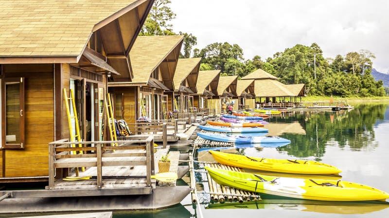 Flotación casera de madera de la balsa del centro turístico y niebla de la montaña en kwai del río en Khao Sok National Park imágenes de archivo libres de regalías