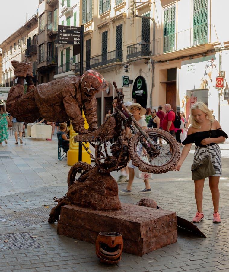 Flotación/elevar y mantener flotando la moto del montar a caballo del ejecutante de la calle fotografía de archivo libre de regalías