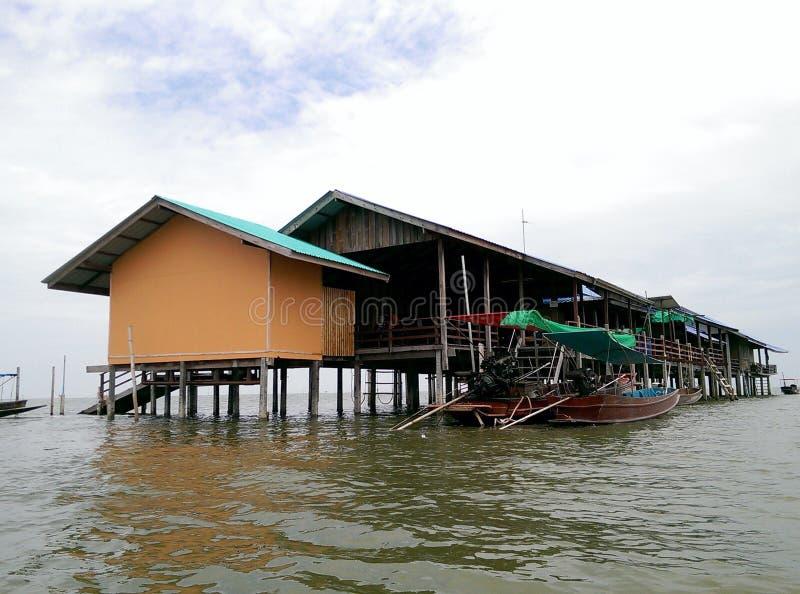 Flotador de la casa en el agua imagen de archivo libre de regalías