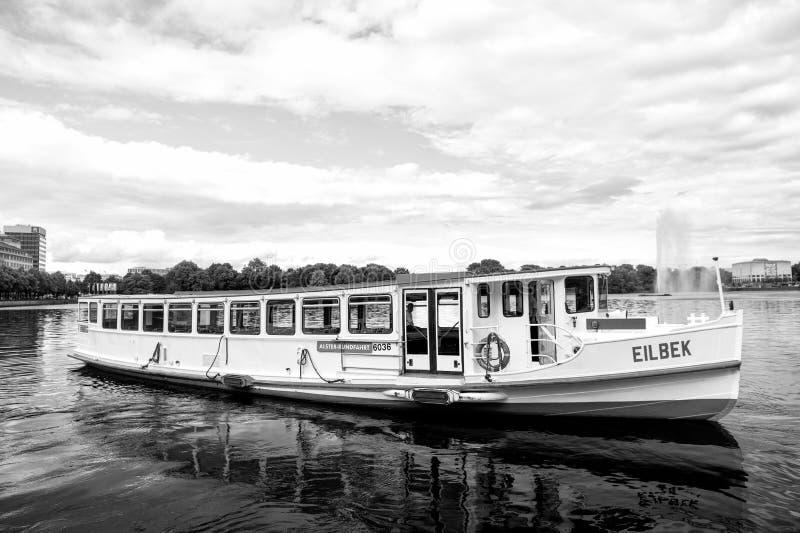 Flotador del barco del crucero en el agua de río en Hamburgo, Alemania fotografía de archivo libre de regalías