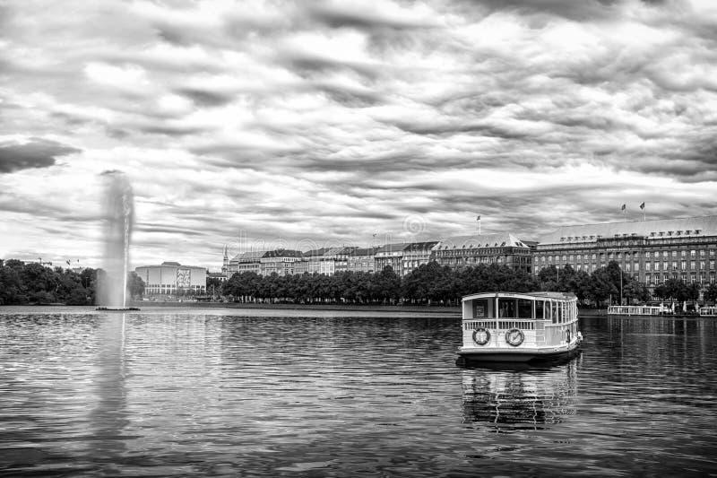 Flotador del barco del crucero en el agua de río en Hamburgo, Alemania fotos de archivo libres de regalías