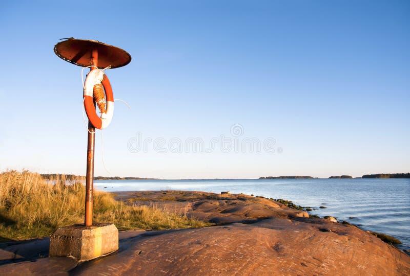 Flotador en la costa cerca del mar imagen de archivo libre de regalías