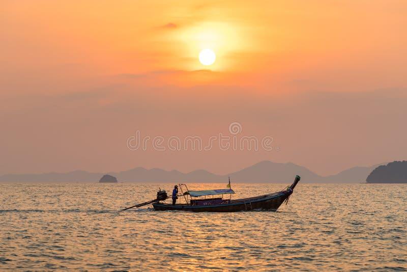 Flotador local del pescador en el barco tailandés del longtail en la agua de mar en hermoso imágenes de archivo libres de regalías