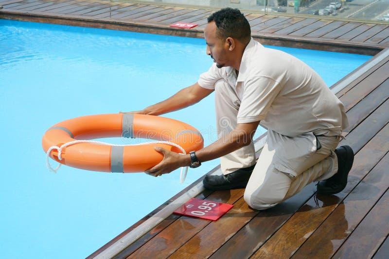 Flotador rojo del anillo de la piscina del salvavidas fotografía de archivo libre de regalías
