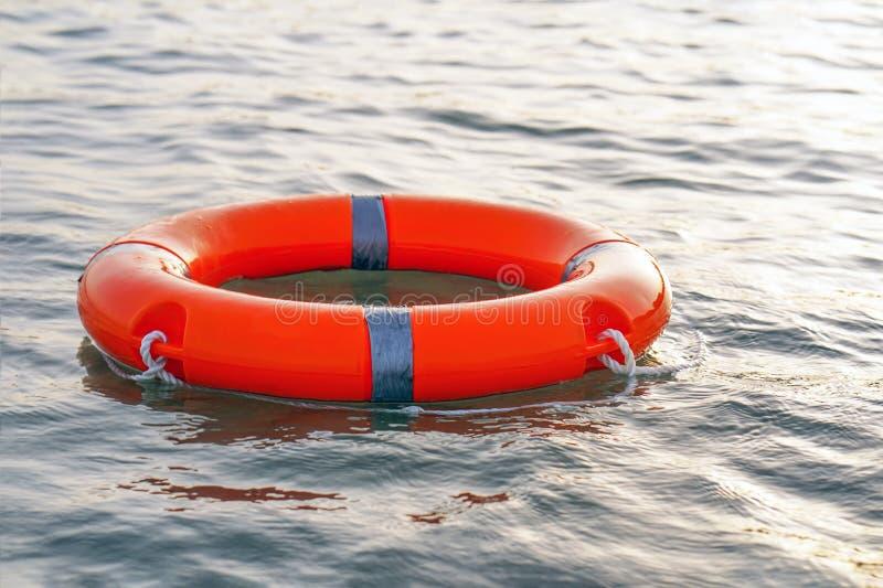 Flotador rojo del anillo de la piscina del salvavidas imagenes de archivo