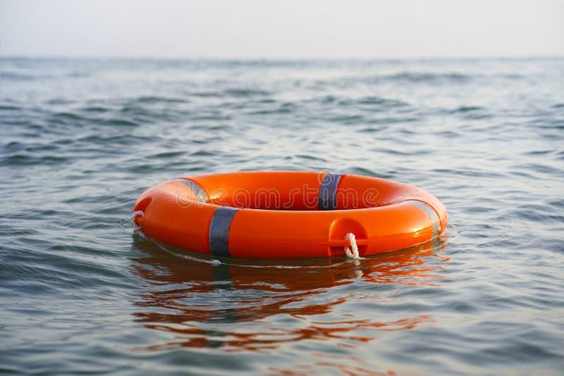 Flotador rojo del anillo de la piscina del salvavidas imagen de archivo