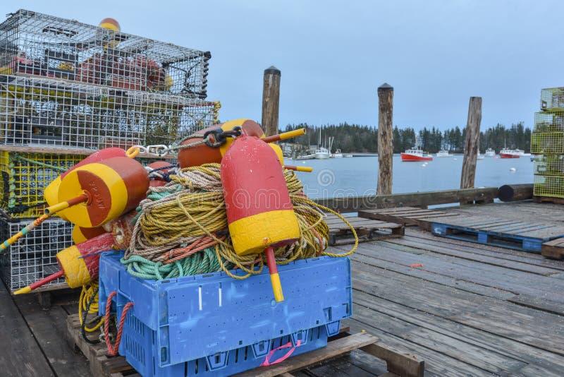 Flotadores coloridos de la langosta, trampas y cuerda de nylon poniendo en un de madera imágenes de archivo libres de regalías