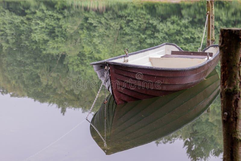 flotadores encadenados del barco que rema en un lago foto de archivo