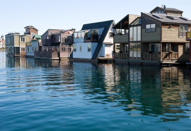 Flote los hogares o la aldea del puerto deportivo imagen de archivo libre de regalías