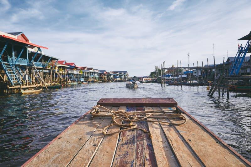 Flottörhus by i Cambodja royaltyfria bilder