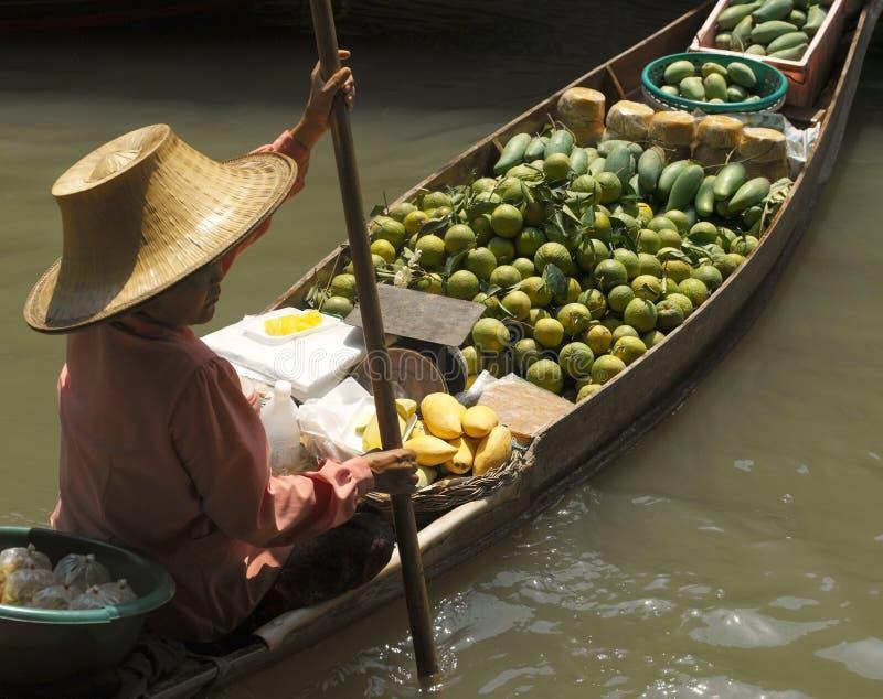 Flottörhus marknad på Damnoen Saduak - Thailand arkivbilder